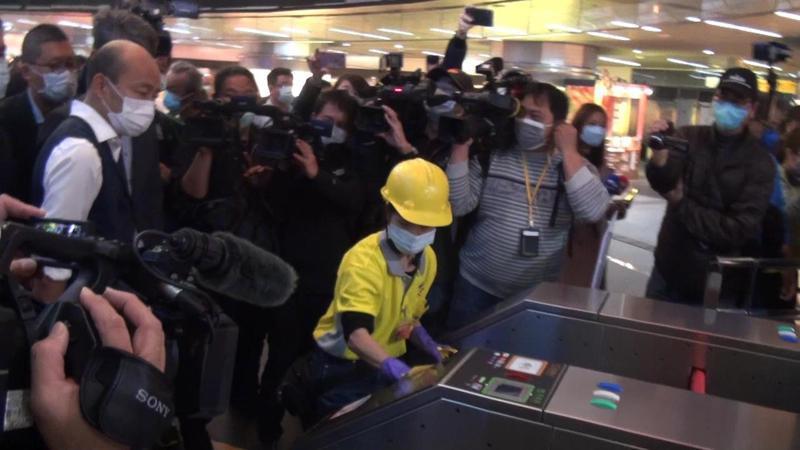 高雄市長韓國瑜今搭捷運並到美麗島站了解防疫措施。記者王昭月/攝影