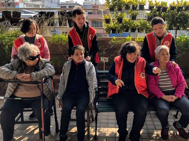 身障兒走進長照機構擔任照顧服務員,陪伴長輩,藉由世代共融,彼此互相學習及成長。圖/新竹市政府提供
