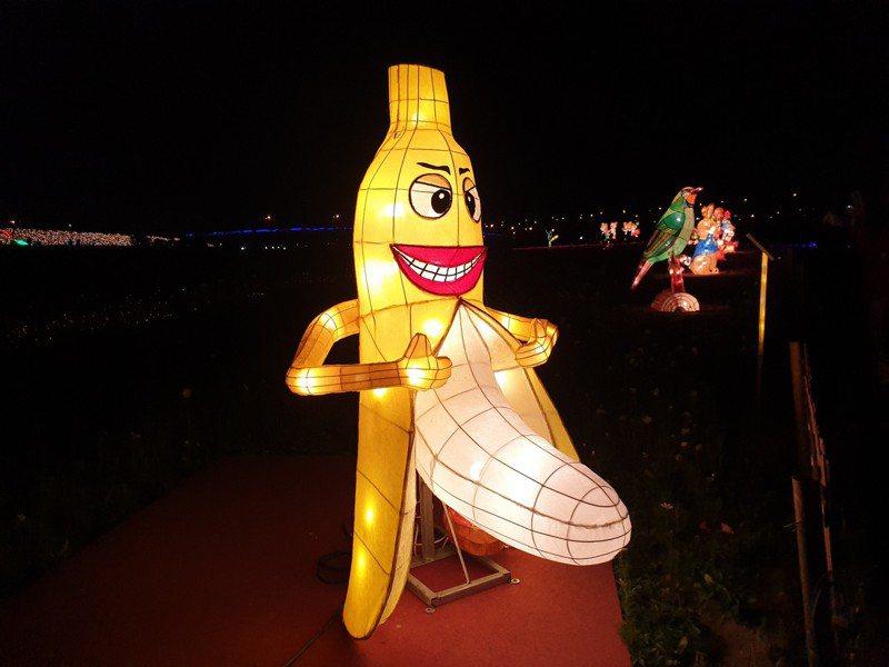 2020年南投燈會18日點燈開幕,今年最夯的不是鼠年主燈,反而是霸氣露出下身的「香蕉哥」,一脫成名。記者賴香珊/攝影
