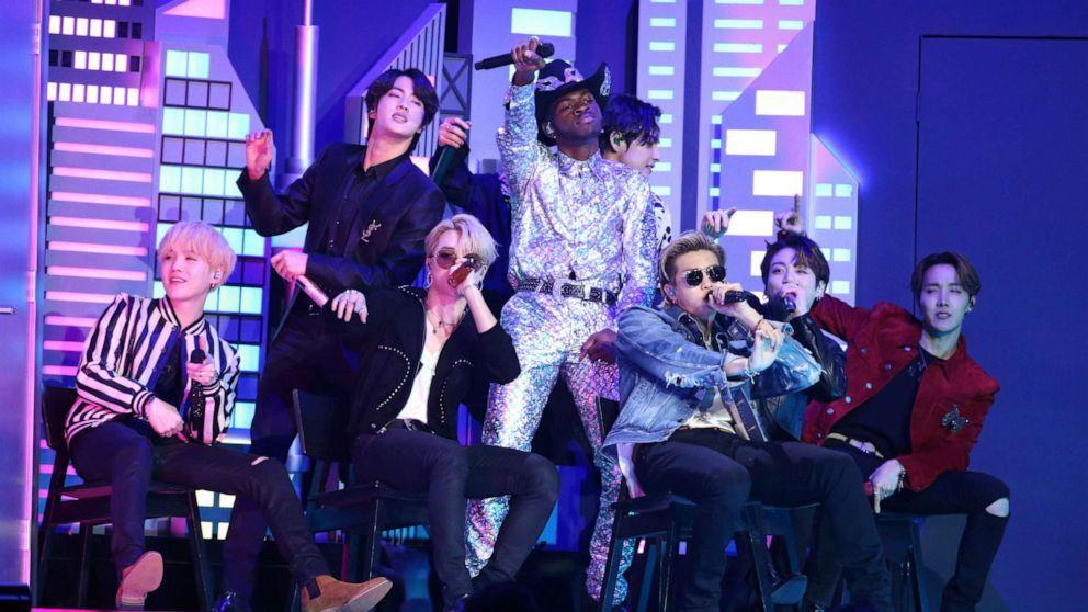 防彈少年團跳上葛萊美獎頒獎典禮舞台。(美聯社)