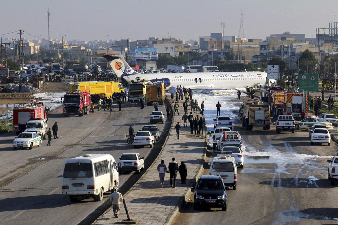 影/伊朗客機降落衝出跑道 機上135人幸未傳傷亡