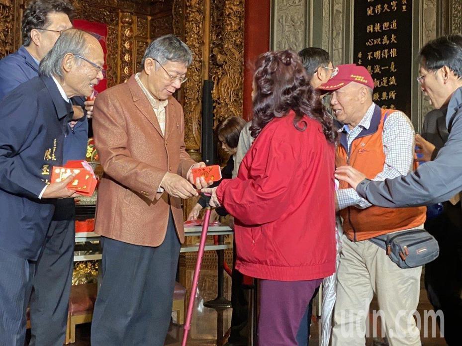 台北市長柯文哲昨天赴關渡宮發紅包,對於未配戴口罩,他表示目前台灣社會有3起武漢肺炎案例,社區風險還沒有高到要戴口罩。本報資料照片