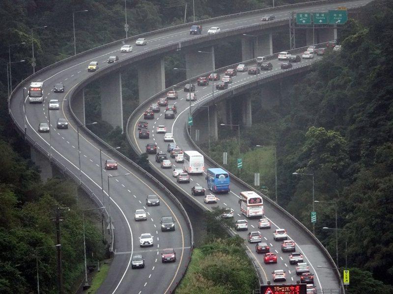 今天大年初三,高公局預測國道將被出遊及北上車潮塞爆,圖為國道5號南港系統—坪林間塞車的情形。記者邱德祥/攝影