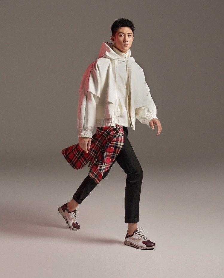 黃景瑜腳穿「MULTI-VENT翱翔系列」酒紅男鞋,售價8,980元。圖/ECC...