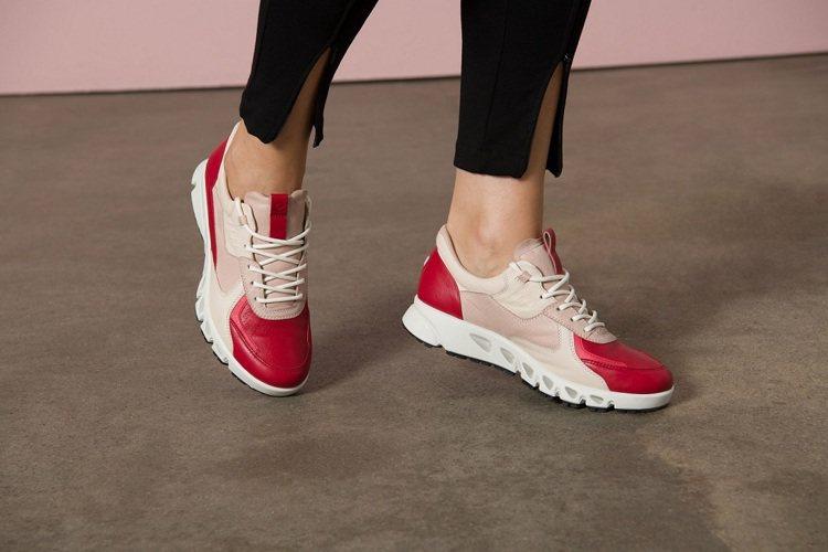 「MULTI-VENT翱翔系列」櫻桃紅色女鞋,以拼接工藝展現不同色階的紅色調。圖...