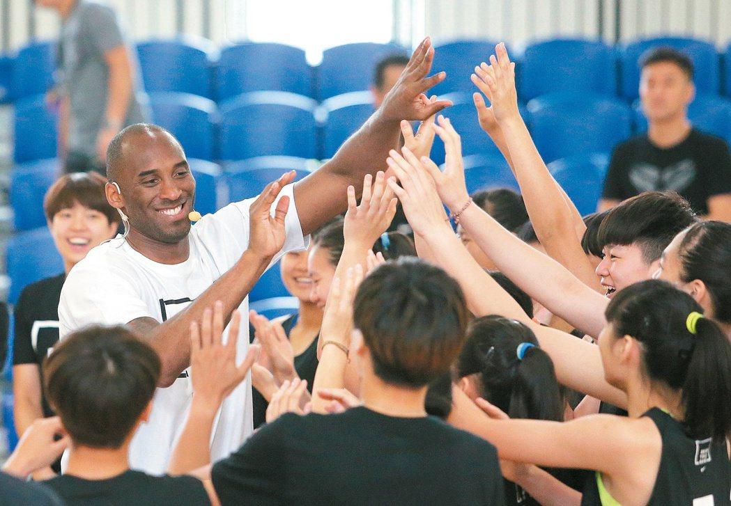 已故前NBA洛杉磯湖人隊球星「黑曼巴」布萊恩2016年造訪台灣時,與訓練營的球員...