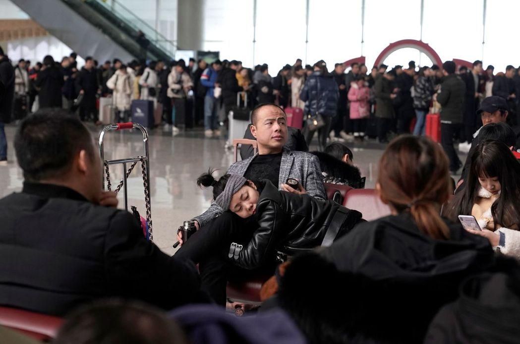 鄭州火車站在農曆新年假期前湧現大量人潮。路透