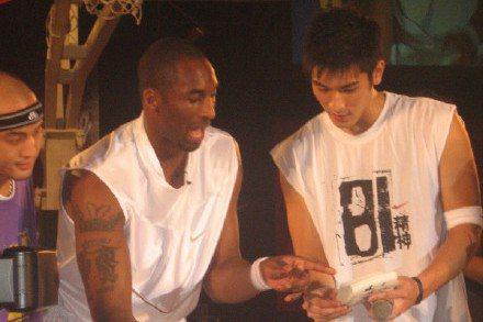 NBA湖人隊傳奇巨星柯比布萊恩(Kobe Bryant)在台灣時間27日凌晨驚傳墜機事故不幸喪命,令全球球迷震驚哀痛不已,而就在2個月前的27日,熱愛籃球的高以翔,因錄製節目猝逝,身為籃球員,高以翔...