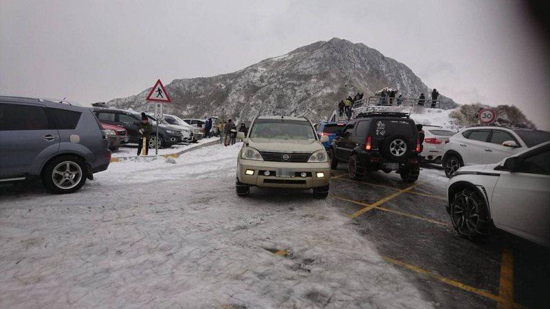合歡山下雪雖造成上山車流壅塞,南投仁愛分局一早派出警力前往進行交通指揮。圖/仁愛分局提供