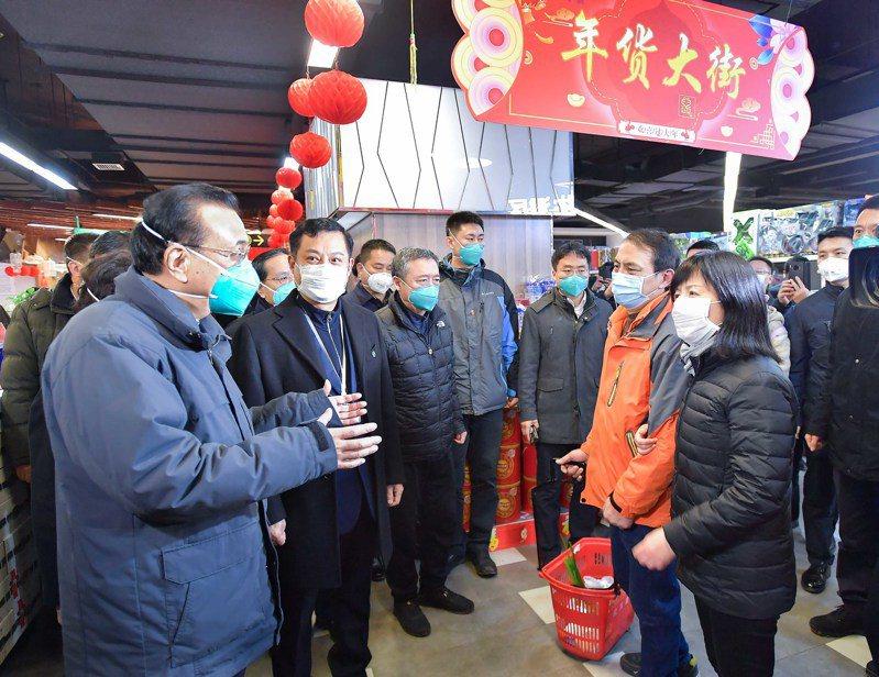 中國總理李克強27日在武漢武商超市,察看商品供應和價格情況,並與購物群眾交談,鼓勵大家要有信心。 (新華社)