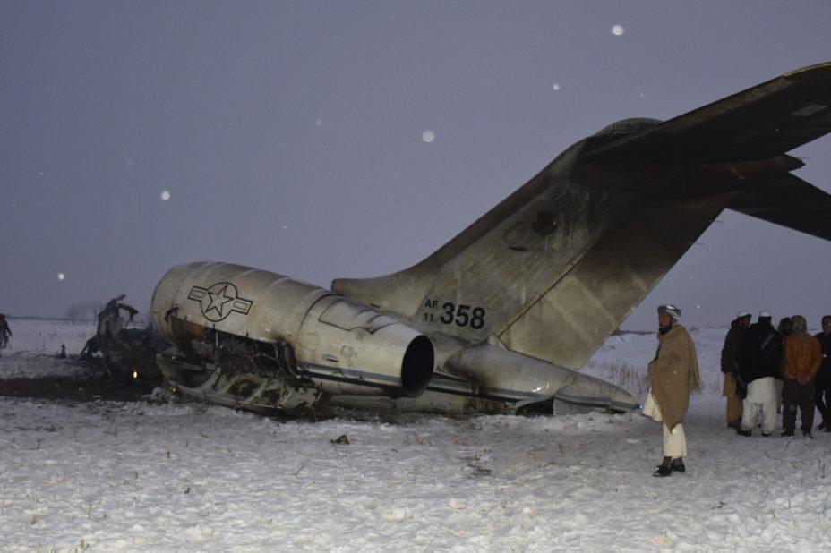 美國官員27日證實,美軍一架E-11A飛機今天在阿富汗中部一個神學士組織控制區墜毀,據信機上人員不到10名,目前尚無跡象顯示這架飛機是被敵方擊落,不過神學士自稱擊落這架飛機。 美聯社