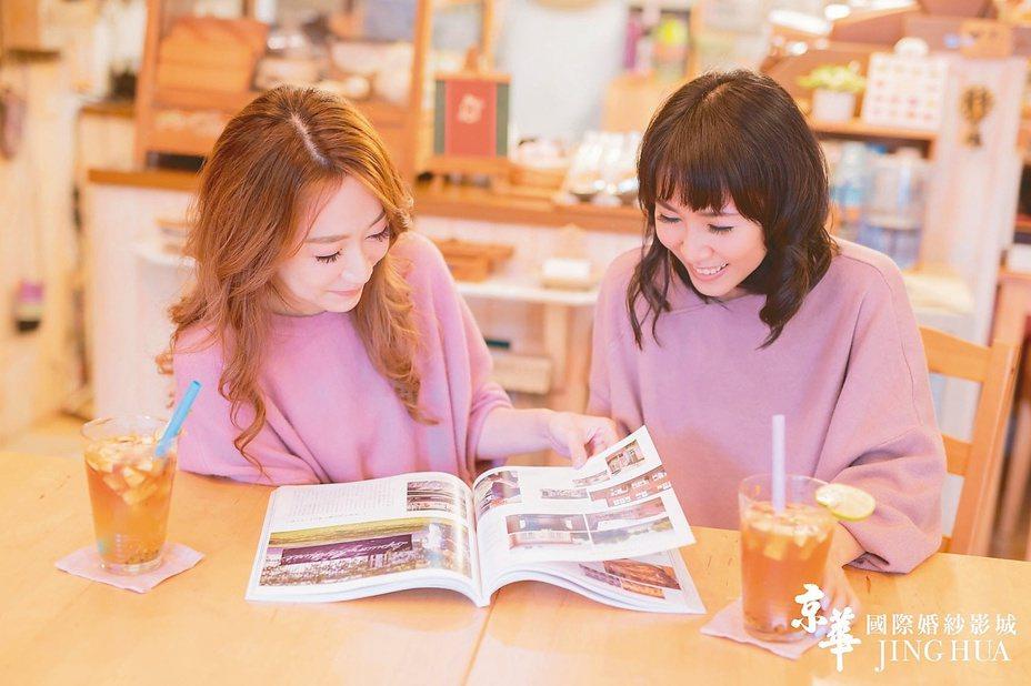 許多女孩拍閨蜜婚紗都會特地選擇在彼此有共同美好回憶的地方拍攝,如校園內、畢旅地點等。 圖/業者提供