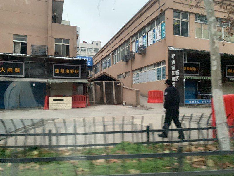已休市的武漢華南海鮮批發市場周邊街道均被貼上封條、行人需繞道通過,該市場所有商戶撤出,市場僅留守幾位保安輪班執勤。 中新社