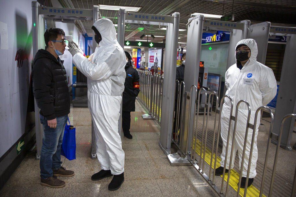 武漢肺炎疫情拉警報,各國提高警戒。圖為北京地鐵測量乘客體溫。 美聯社