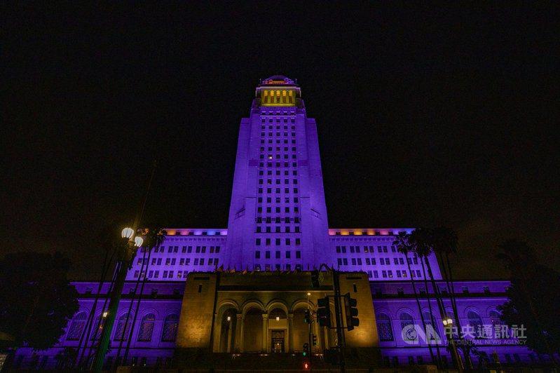 為了紀念英年早逝的籃球明星布萊恩(Kobe Bryant),洛杉磯市政廳26日晚間8時24分打上象徵湖人隊的紫色與金色燈光。 (洛杉磯市長辦公室提供)中央社