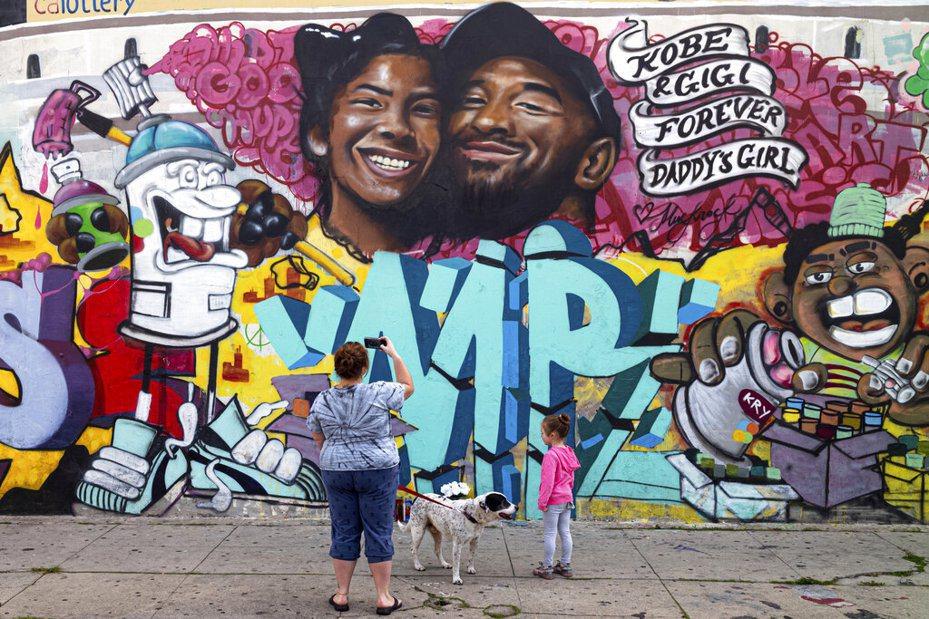 球迷追思Kobe,繪製布萊恩父女的塗鴉牆。 美聯社