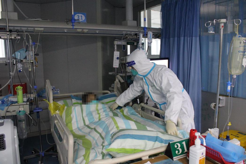 武漢肺炎病毒是否潛伏期就具傳染力,WHO表示仍在調查中。圖為醫護人員正在為患者整...