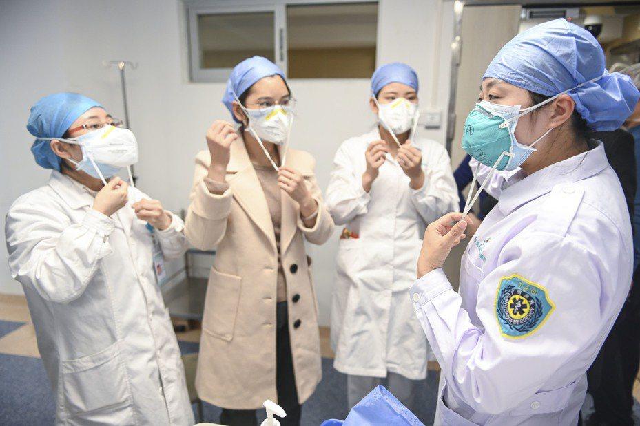 中國國家衛健委官網指出,救治武漢肺炎病患時,可積極發揮中醫藥作用,採中西醫聯合會診。 中新社