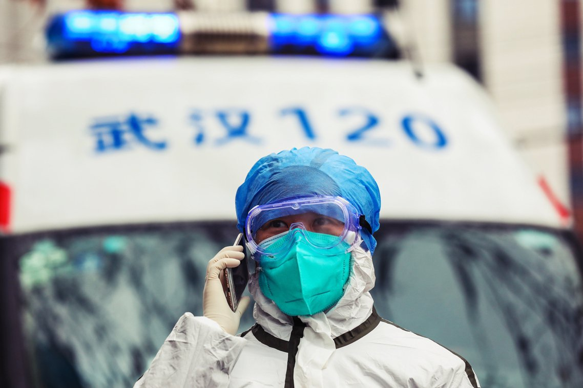 「實在忍不住想要唱歌者,可以戴口罩唱。」圖為武漢當地的醫護人員。 圖/歐新社