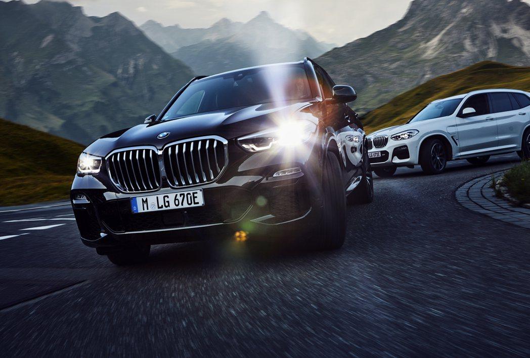 圖為BMW X5 xDrive45e (黑色車) 及BMW X3 xDrvie3...