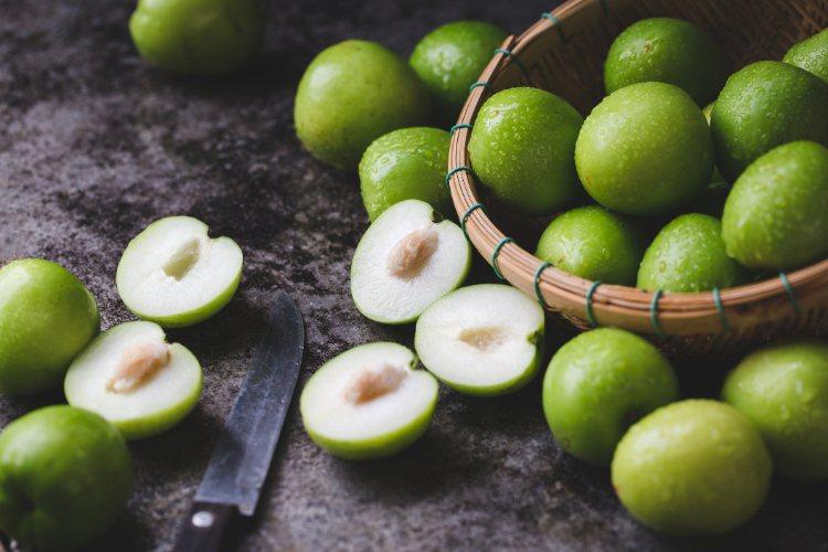 棗子的熱量不高,每百公克約46卡,和蘋果相當,但是它的纖維質比蘋果和水梨還高,每...