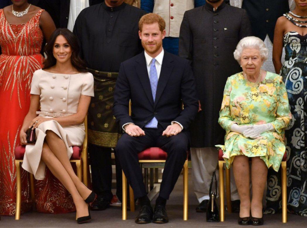 梅根(左起)、哈利已得到伊莉莎白二世女皇的同意退出皇室重要成員身分,傷害卻不知何...