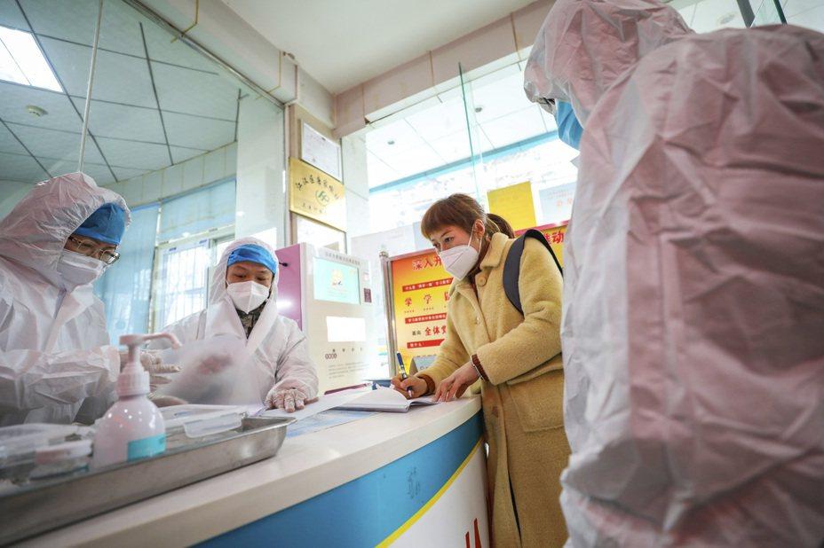 28日8時公布的數據,中國大陸29個省(區、市)報告確診病例2947例,死亡82例。美聯社