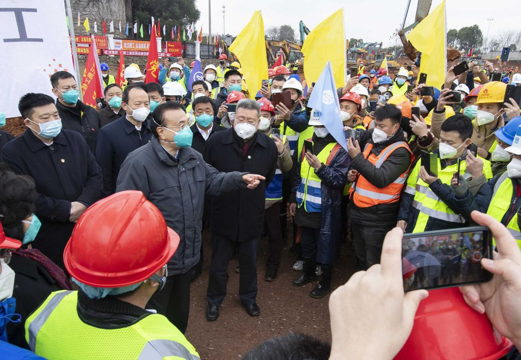 李克強總理昨天視察武漢新建醫院的工程。 (美聯社)