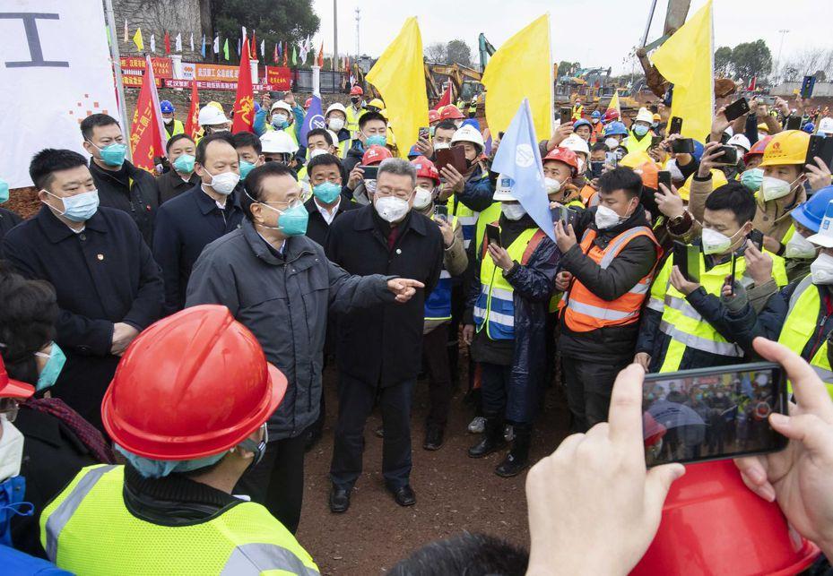 李克強總理昨天視察武漢新建醫院的工程。美聯社