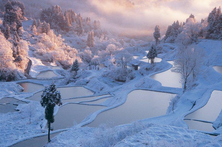 星峠梯田為十日町的代表性梯田,不論是早晨的薄霧或是夕陽的餘光,各自展露出不同面貌...
