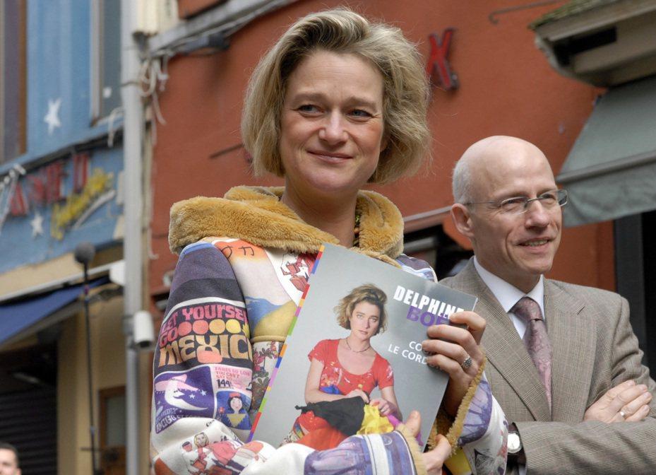 藝術家博埃爾(左)曾自稱是比利時前國王阿爾貝二世的私生女,阿爾貝二世現已在DNA鑑定出爐後承認,博埃爾的確是他的女兒。圖為2008年檔案照,博埃爾在布魯塞爾市,拿著自己的著作《剪斷臍帶》(Cutting the Umbilical Cord)。美聯社