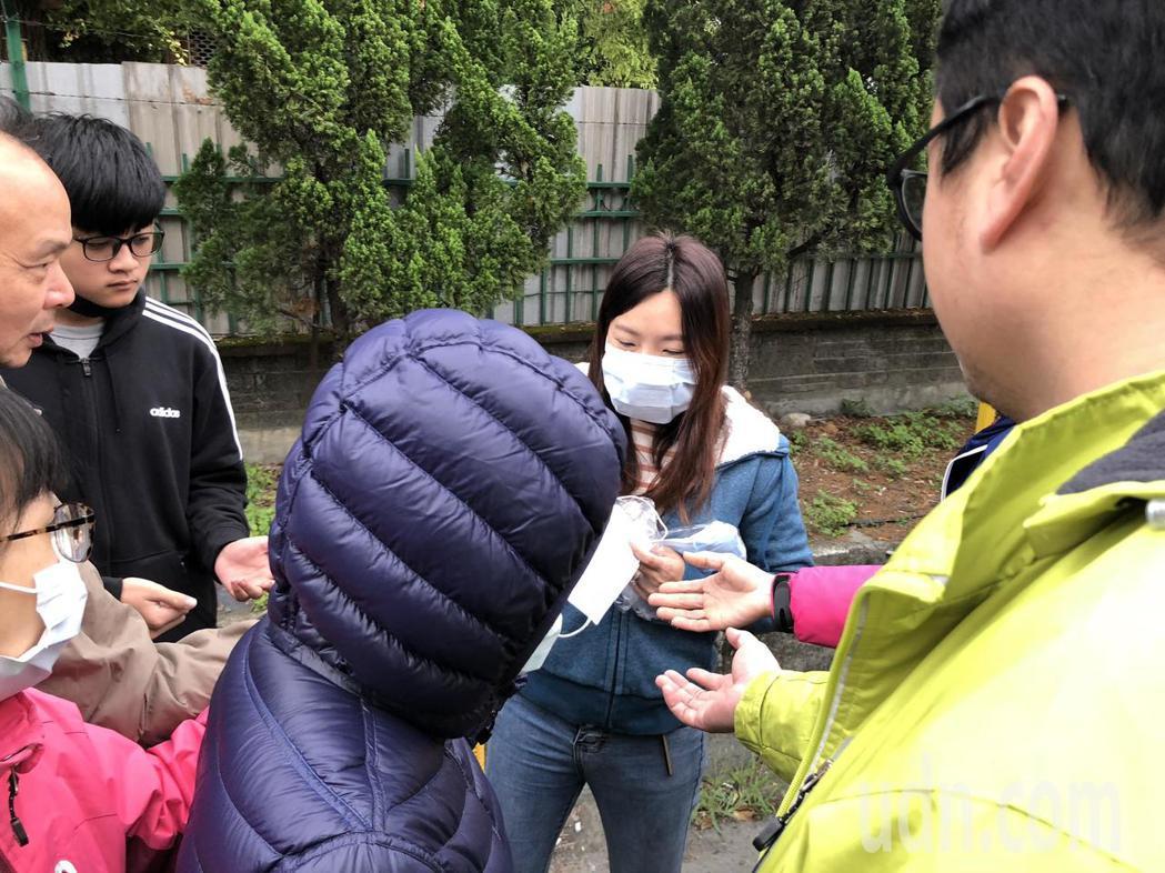 華新醫療集團觀光拱場今天出現排隊人潮,業者也現場發放口罩供民眾使用。記者林敬家/...