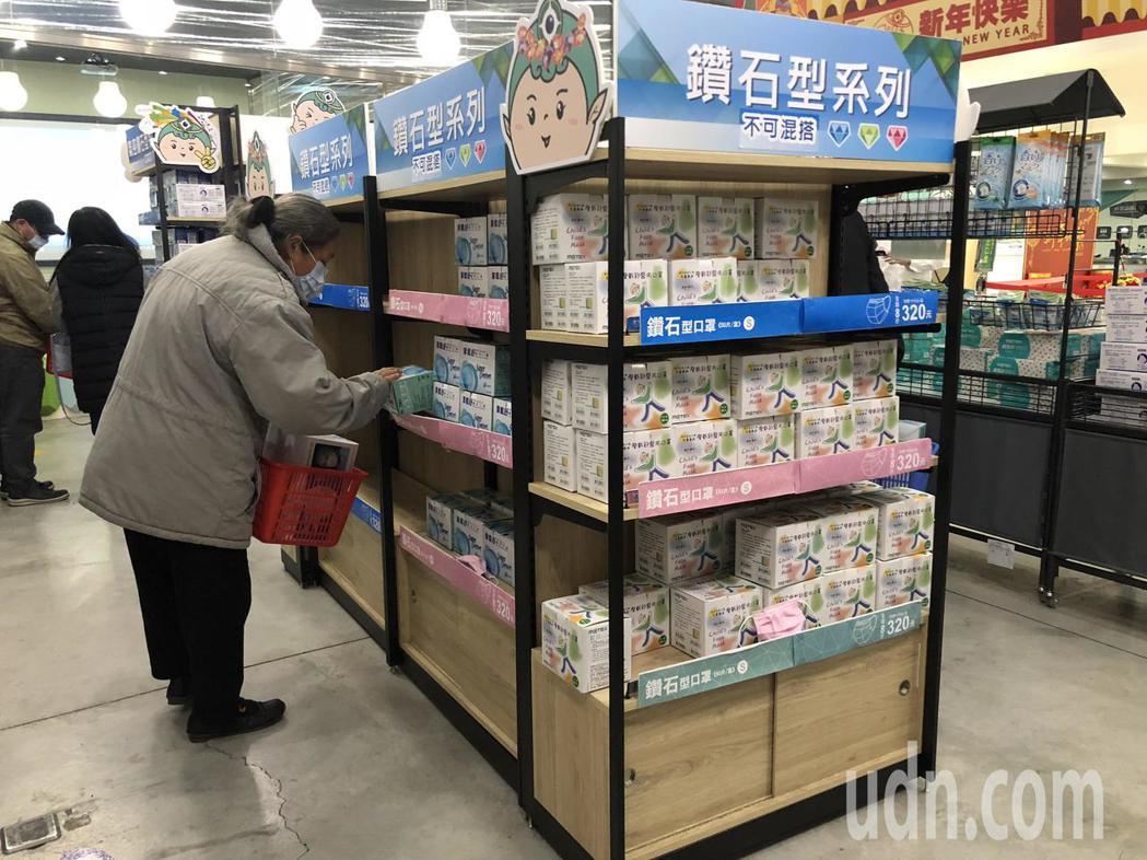 華新醫療集團觀光工廠開放200名民眾買口罩。記者林敬家/攝影