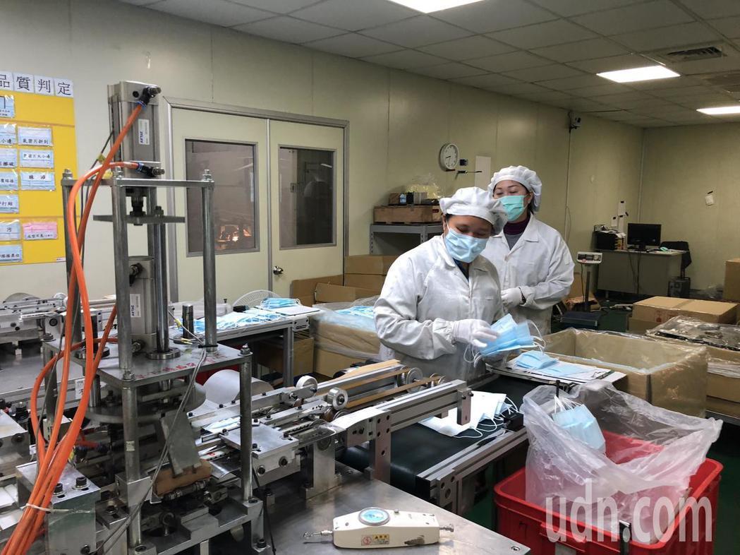 華新醫療集團今天提早恢復4條產線。記者林敬家/攝影