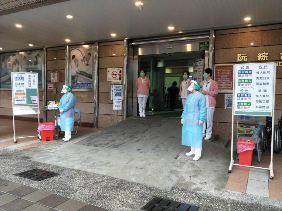 阮綜合醫院今天恢復平日門診作業,進入醫院皆需乾洗手消毒,戴口罩,量體温。記者謝梅芬/翻攝