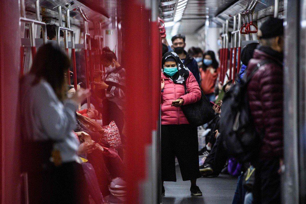 香港政府宣布各部門在農曆新年假期後,除了提供緊急和必須公共服務的人員外,政府僱員...