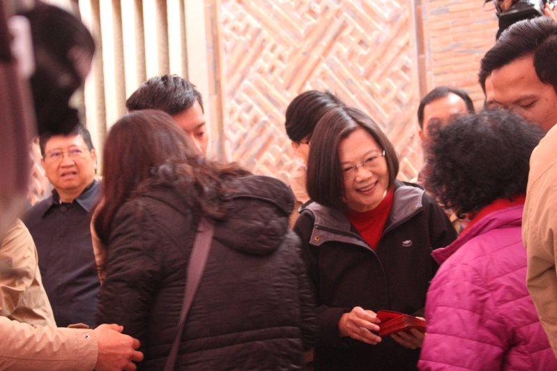總統蔡英文今天上午10時許到新竹縣義民廟發福袋。記者張雅婷/攝影
