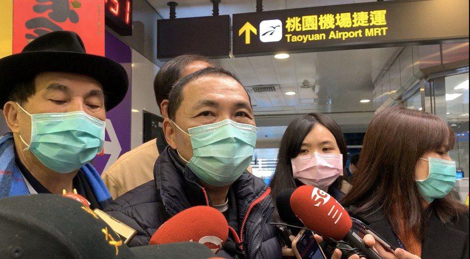 侯友宜稍早也搭乘環狀線到新北產業園區站發送紅包,侯友宜受訪時被問到朱立倫一事,他認為,「讓台灣、讓中華民國更好,這才是我們所希望的。」記者張曼蘋/攝影