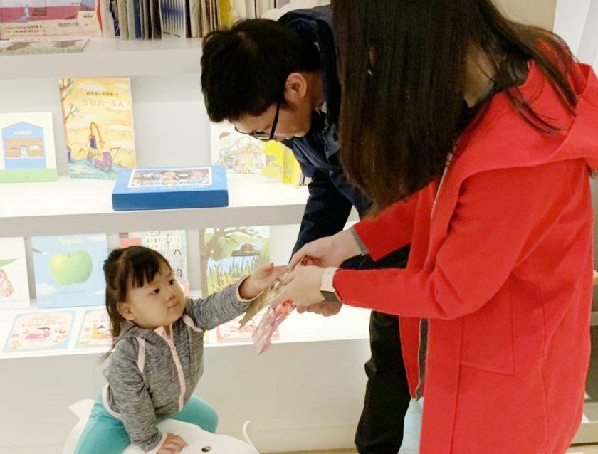 孩子日常很少有機會支配整筆金錢,過年正是學習理財的最佳時機,台北富邦銀行建議家長...