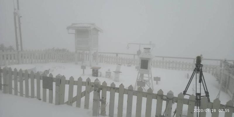 玉山上午下雪狀況。圖/氣象局提供