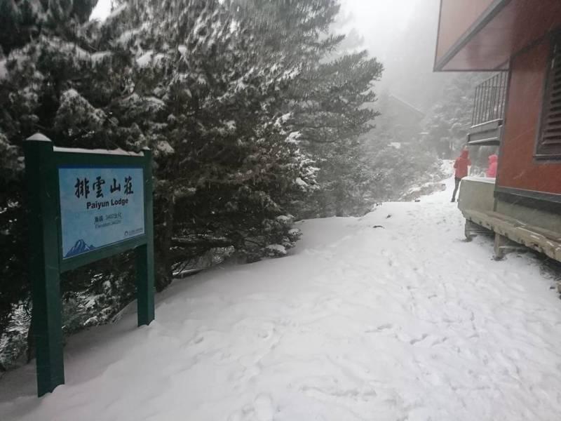 入冬的首波寒流,讓玉山排雲山莊積雪已達25公分,玉管處呼籲無雪地經驗者不要貿然上山。圖/玉管處提供