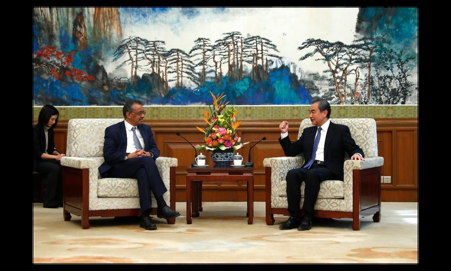 大陸外長王毅28日在北京會見WHO總幹事譚德塞。(中新社)