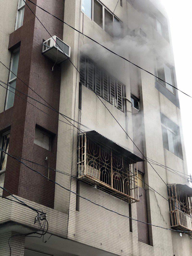 台中市豐原區中正路一處大樓的二樓上午傳出火警。圖/台中市消防局提供