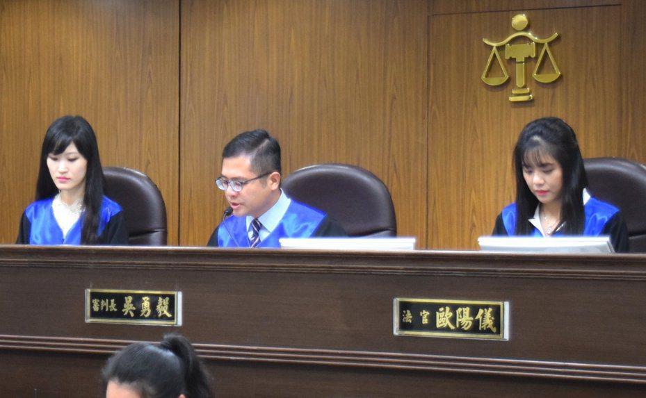 台灣高等法院法官吳勇毅(中)不諱言法官的工作是寂寞的。圖為台北地院模擬「國民參與刑事審判」,吳擔任審判長,受命法官為文家倩(左),陪席法官是歐陽儀(右)。記者王宏舜/翻攝