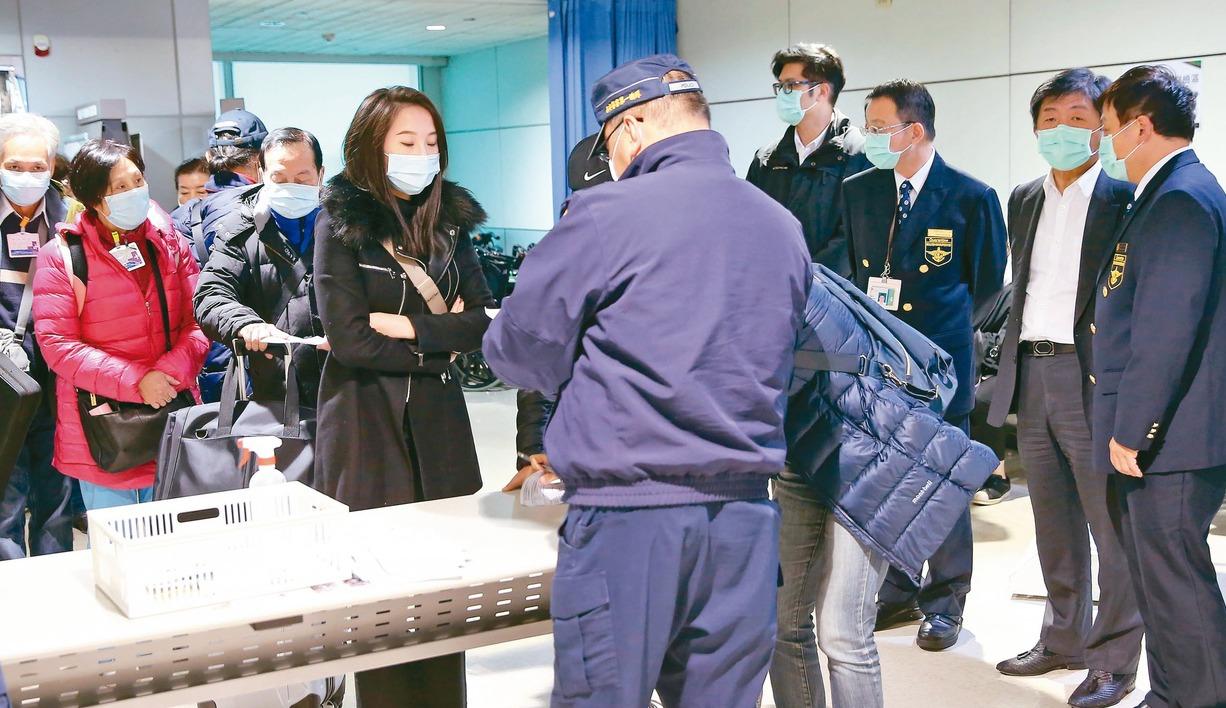 陳時中(右二)昨天再度巡視桃園機場檢疫作業。 記者陳嘉寧/攝影