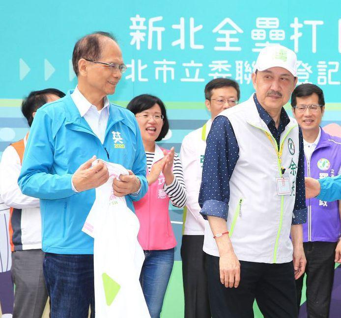 72歲的余天(右)、71歲的游錫堃(左),是年紀最大的立委當選人。 圖/聯合報系...