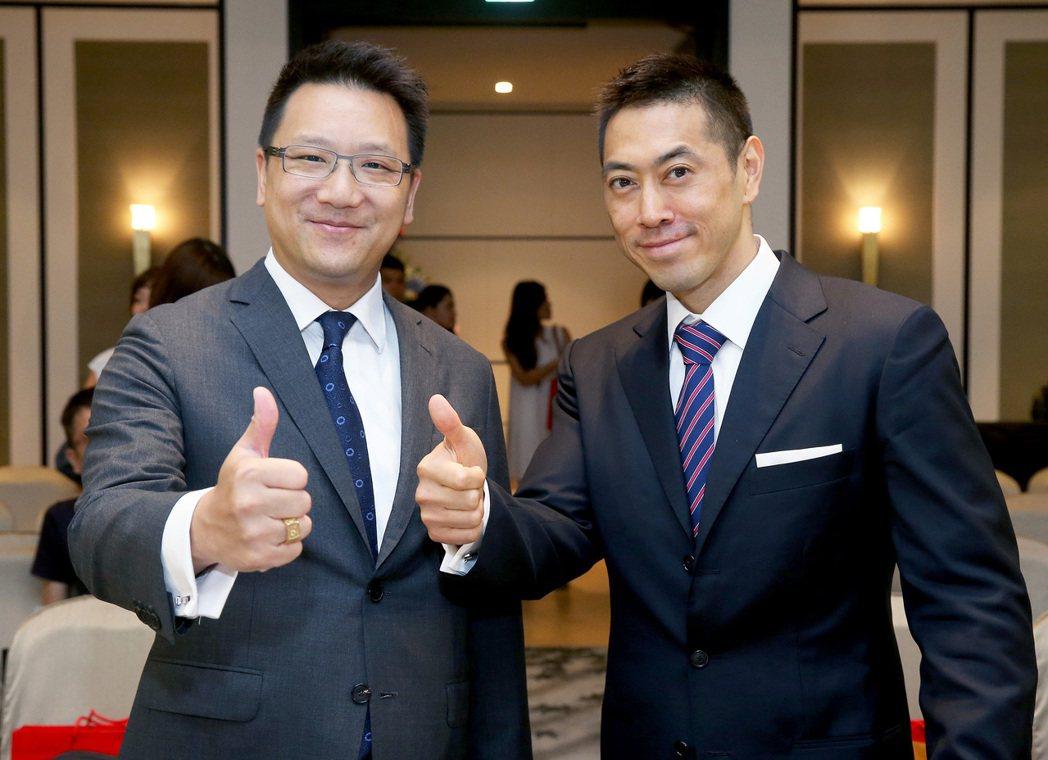 嘉泥張剛綸(左)