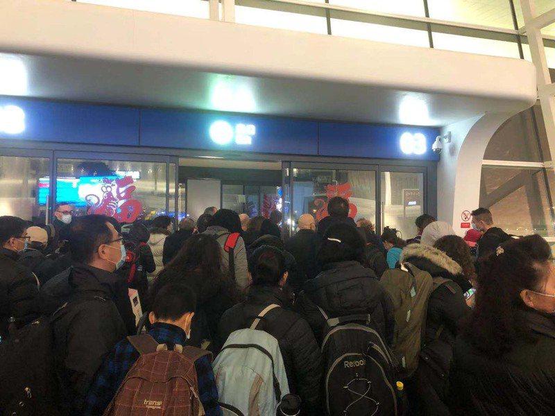 搭上首班撤僑班機的旅客,在天河機場排隊等候。(王炎提供)