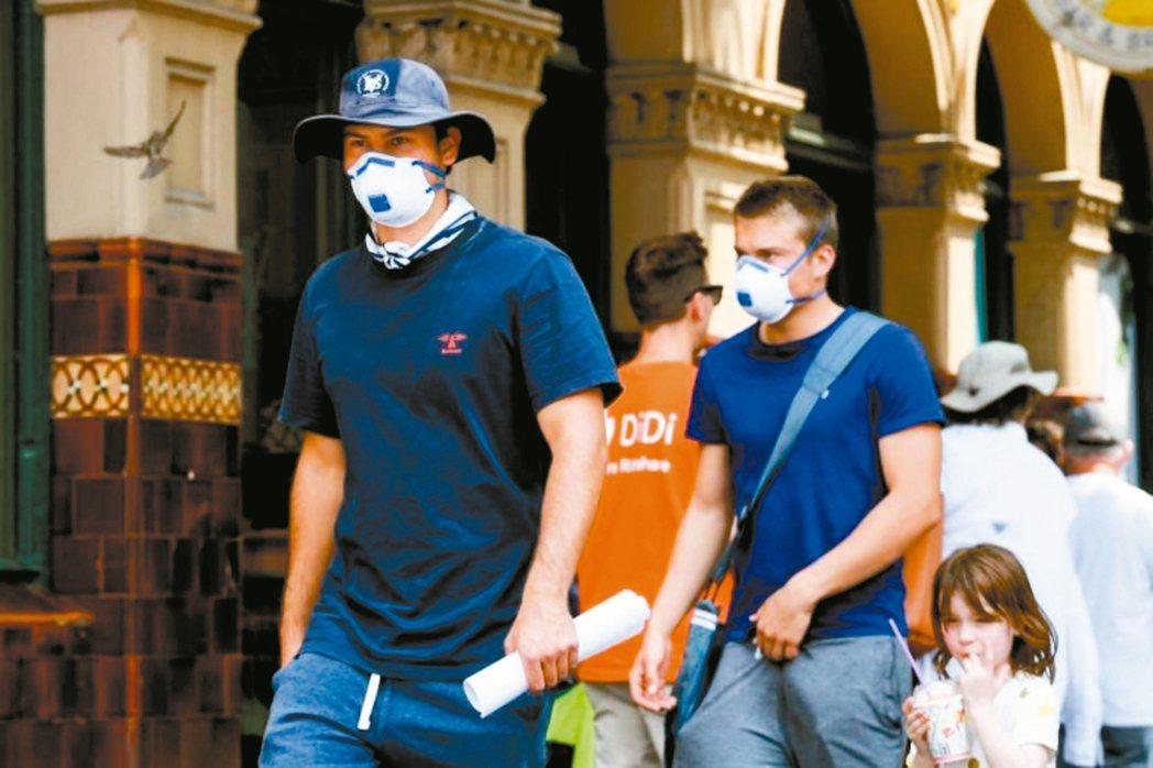 2019新型冠狀病毒肺炎疫情延燒,澳洲民眾戴口罩預防。 法新社