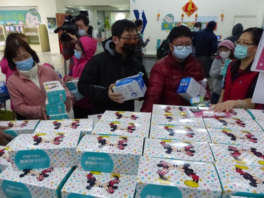 彰化縣田中鎮華新創意生活館口罩觀光工廠,有人從昨晚就來排隊等著買口罩。記者劉明岩/攝影